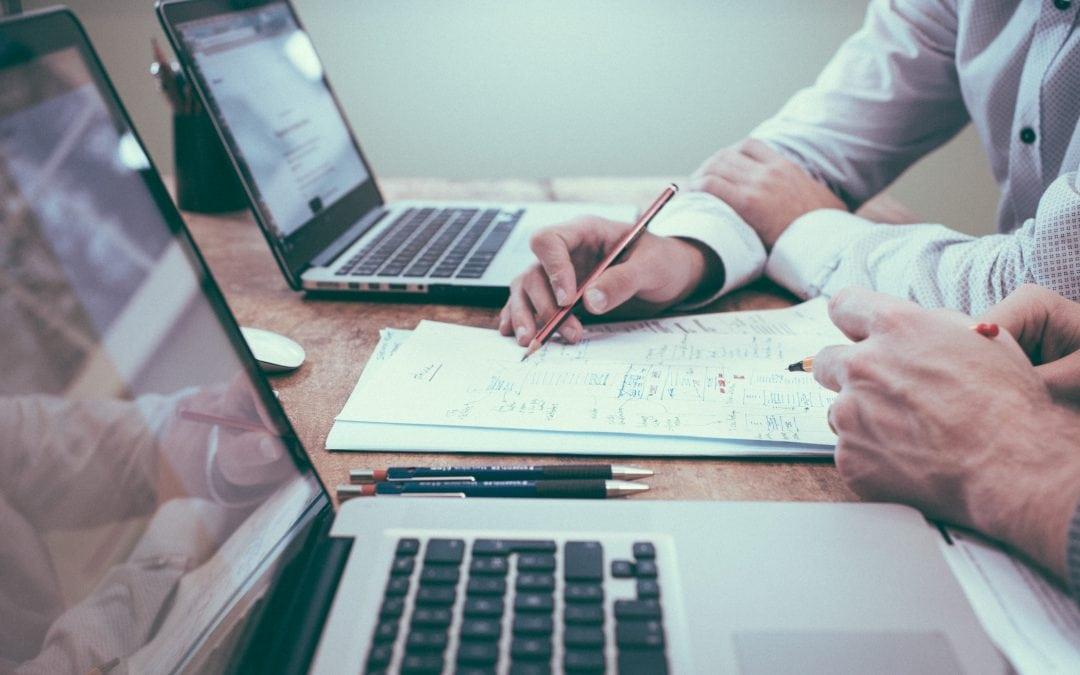 Szkolenia a zlecanie obsługi BDO – co wybrać?